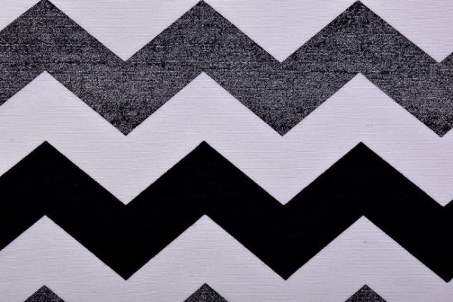 Tkanina dekoracyjna ze wzorem srebrnych zygzaków 1291/070